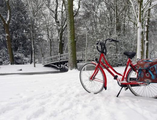 Rotes Fahrrad im Schnee