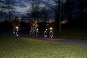 Vier Fahrradfahrer im Dunkeln mit Beleuchtung