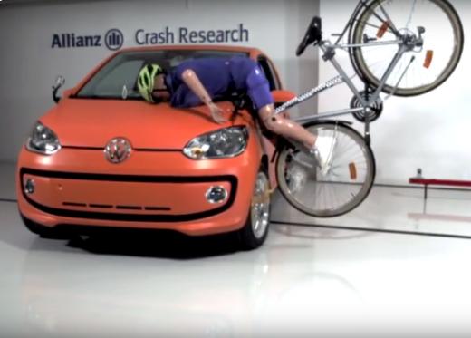 Simulation des Aufpralls eines Fahrradfahers mit Fahrradhelm auf die Motorhaube