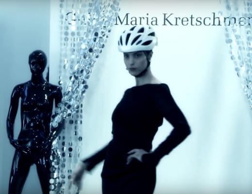 Guido Maria Kretschmer zeigt Modedesign mit Fahrradhelm