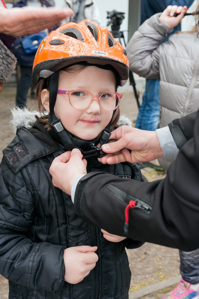 Ich trag' Helm (Deutsche Verkehrswacht e.V.) spendet 300 ABUS Fahrradhelme an das SOS-Kinderdorf Deutschland