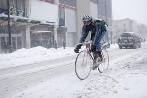 Fahrradfahrer mit Fixie Bike im Winter